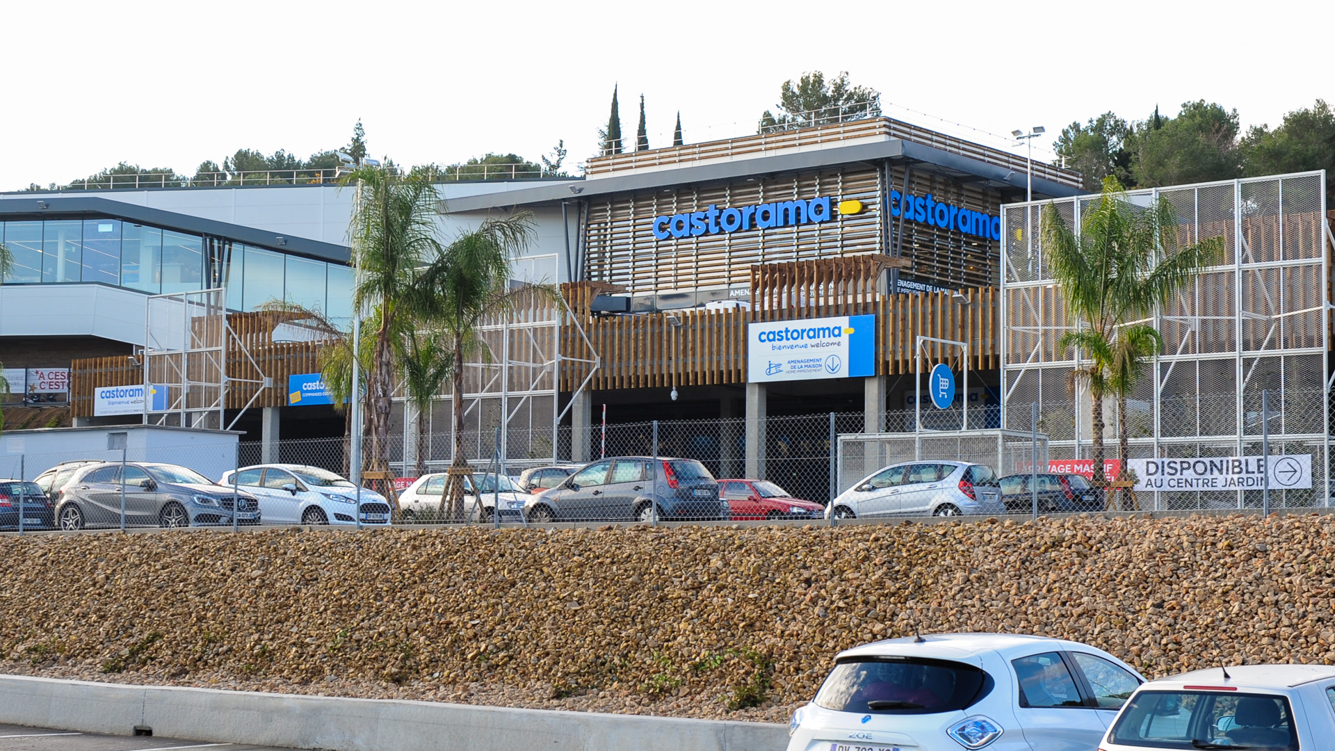Epr retail news castorama france re opens its antibes for Castorama frise