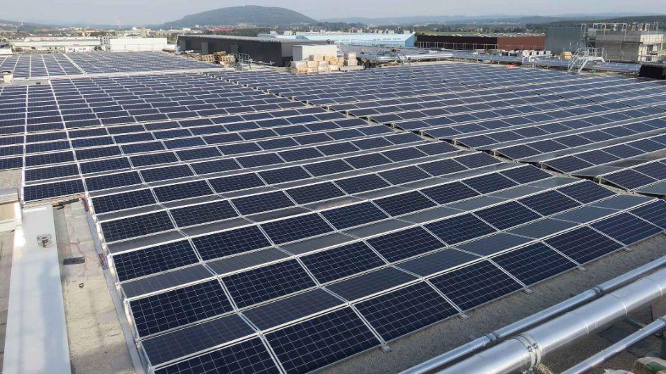 Die Migros betreibt das grösste Solarkraftwerk der Schweiz und hat jetzt die Anlage nochmals ausgebaut. Die Solaranlage auf den Dächern der Migros-Verteilbetrieb Neuendorf AG (MVN AG) produziert neu Strom für 1'900 Haushalte.