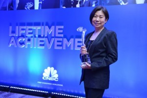 SM Vice Chairperson Teresita Sy-Coson receives the Lifetime Achievement award  from CNBC on behalf of her father, Henry Sy, Sr.
