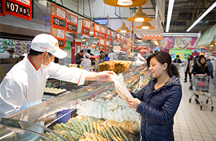 Auchan hypermarkets in China mobilized to relieve to their customers the key information on the traceability of the on-shelf products on the occasion of National Food Safety Week