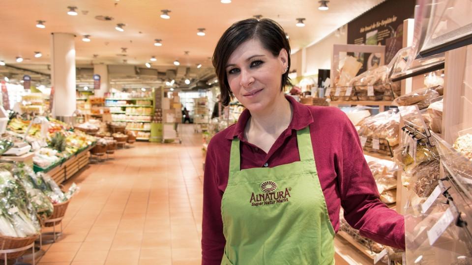 Filialleiterin Valdete Koqi freut sich auf die Kunden im Alnatura Bio-Supermarkt in Oerlikon