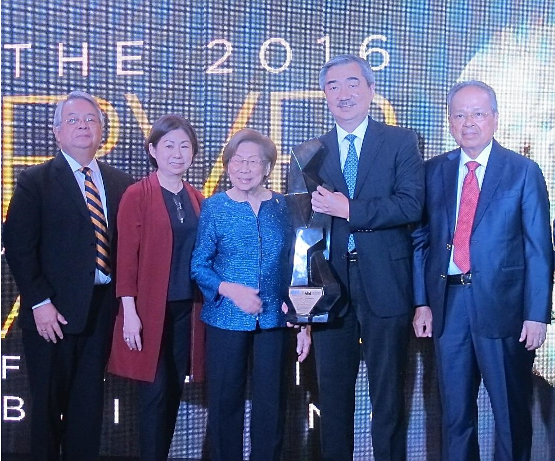 The Sy family accepted the RVR Award for Nation Building on Tuesday on behalf of Mr. Henry Sy, Sr.; (From left) Mr. Ramon V. Del Rosario, Jr. President and CEO of Phinma Group; Ms. Teresita Sy-Coson, SM Investments Vice Chairperson; Mrs. Felicidad Sy; Mr. Hans Sy, President of SM Prime Holdings and Retired Chief Justice Artemio Panganiban who is also the Chairman of the Board of Judges of the RVR Awards